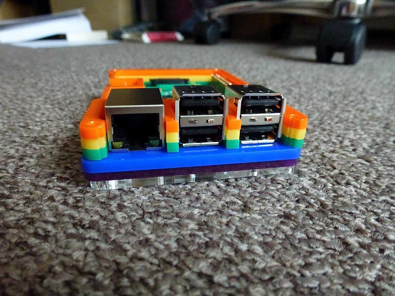 Ethernet- und USB-Buchsen.